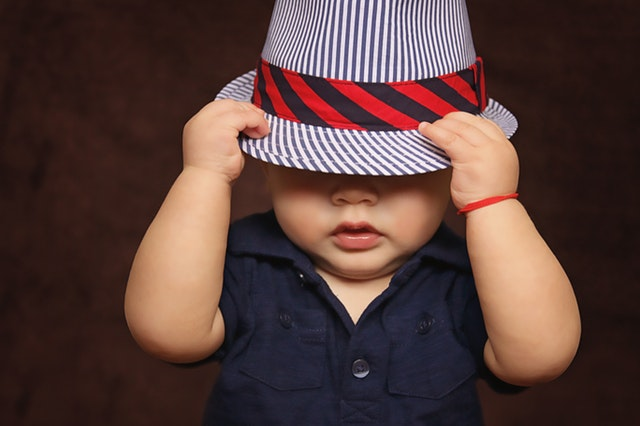 Ideale school outfits: combineer de veilige donkere kleuren met een happy hoed