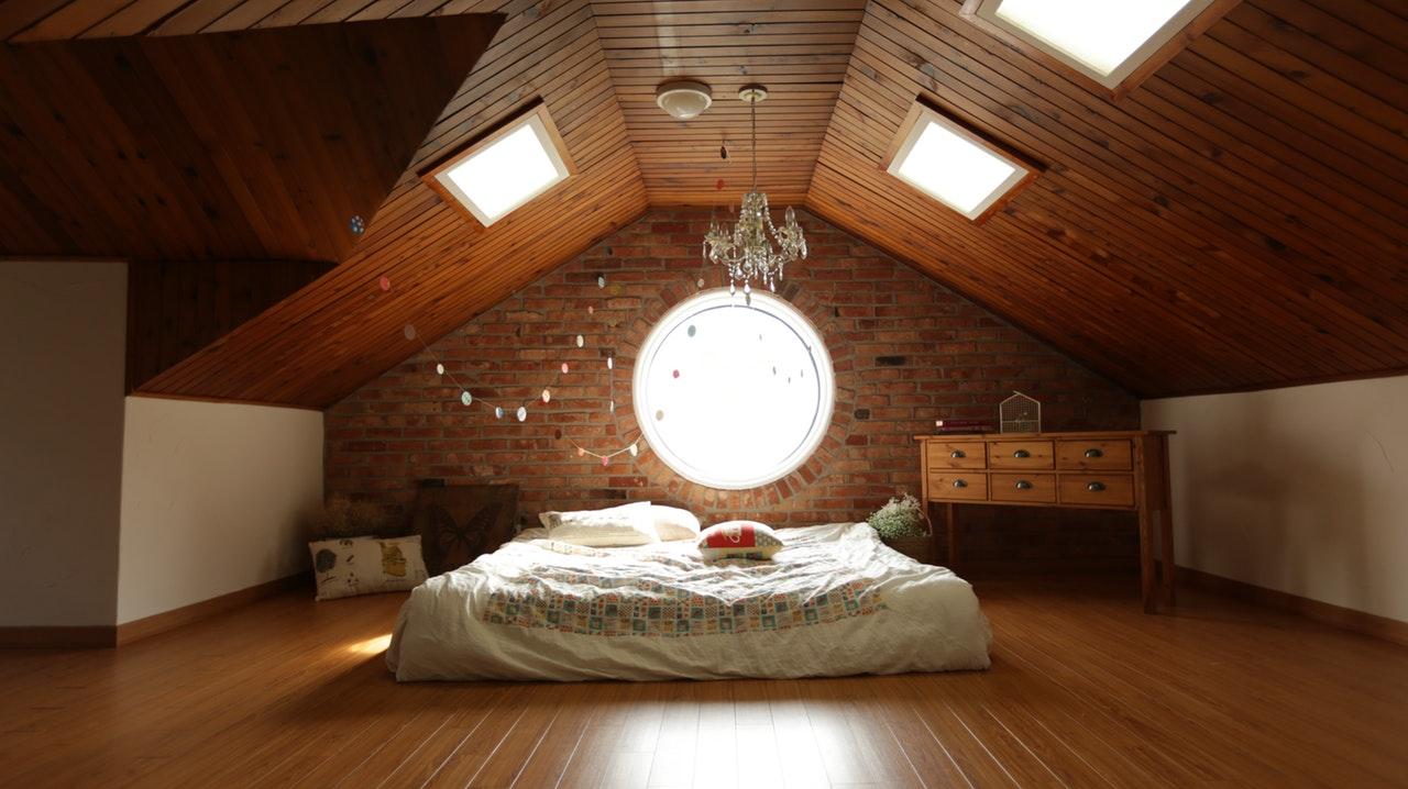 Slaapkamer landelijk inrichten: de basis ligt bij de vloeren en muren