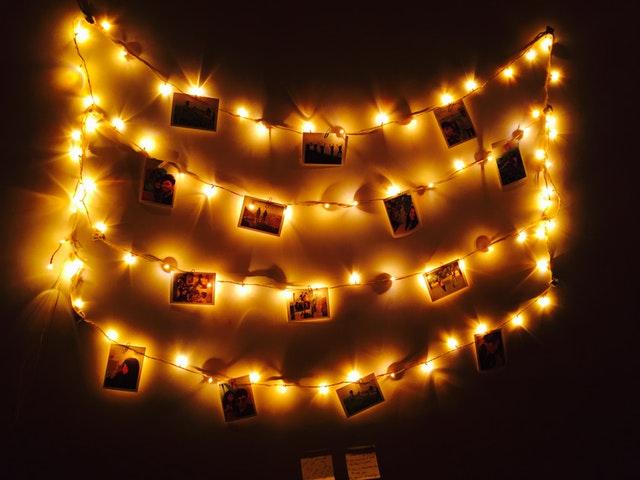 Combineer de lichtslinger in je interieur met foto's: origineel!