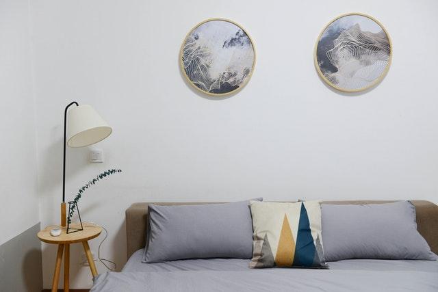 Aankleding aan de muur: voor karakter van de slaapkamer