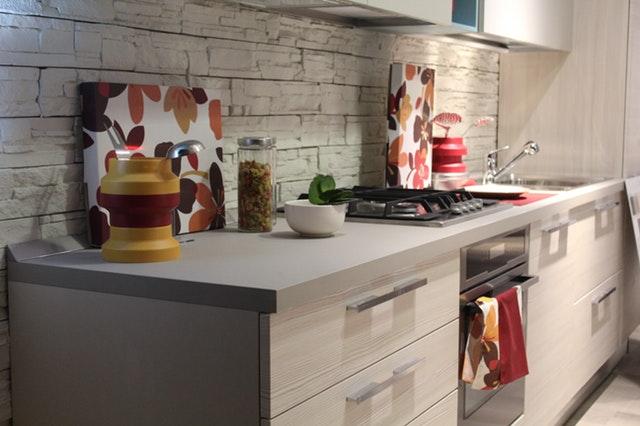 Tips voor het inrichten van een kleine keuken: gebruik alle ruimte en doe aan verticaal opbergen