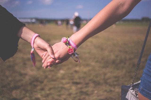 Lees onze ultieme tips: zo overleef je een festival met je partner