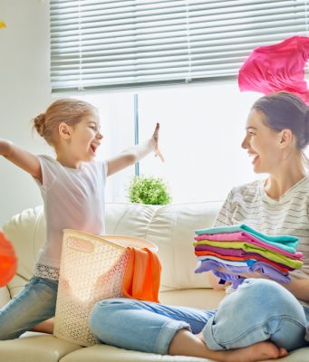 kinderen helpen met huishouden